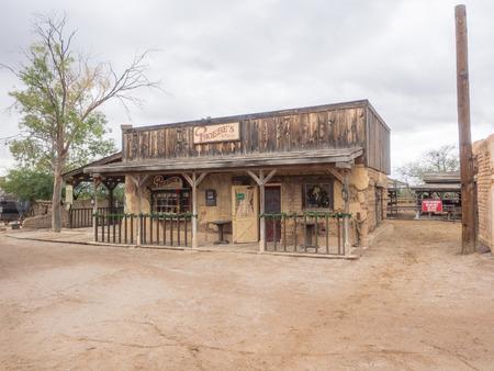 Old Tucson est un studio de cinéma et parc à thème à l'ouest de Tucson, en Arizona, à proximité des montagnes de Tucson et à proximité de la partie ouest du parc national de Saguaro Banque d'images - 73572015