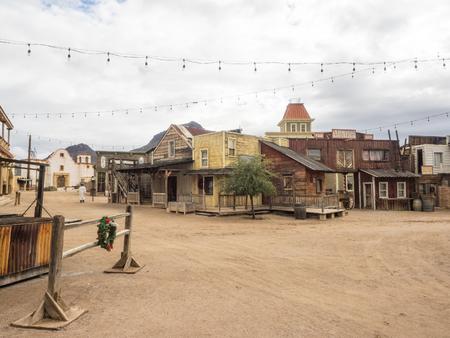 올드 투손 (Old Tucson)은 애리조나 주 투손 (Tucson) 서쪽의 투싼 (Tucson) 산맥에 인접한 영화 스튜디오이자 테마파크로, 이과아 국립 공원 (Saguaro National Park)