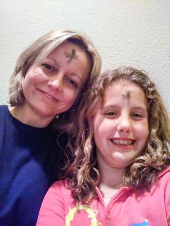 Celebrando el Miércoles de Ceniza con una cruz de cenizas en forehe Foto de archivo - 80251489