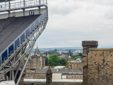 Edinburgh Castle is a historic fortress which dominates the skyline of the city of Edinburgh, Scotland, from its position on the Castle Rock. Banco de Imagens