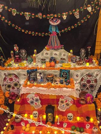 カリフォルニア州レッドウッドシティ - 2017年11月5日:ディア・デ・ロス・ムエルトスは、レッドウッドシティのダウンタウンでパレードとパーティー 報道画像