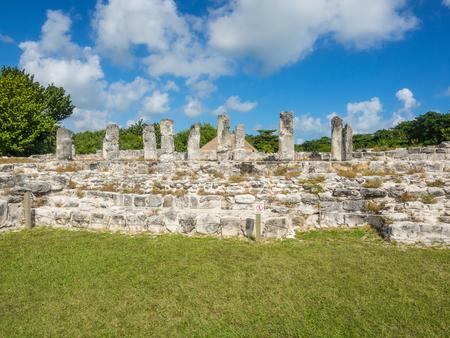 엘 레이 유적은 칸쿤의 호텔 존 (Hotel Zone of Cancun)에 위치하고 있으며 중요한 고대 마야 (Maya) 무역 루트의 일부입니다. 스톡 콘텐츠
