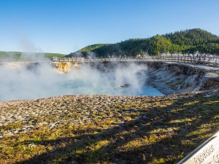 Midway Geyser Basin is much smaller than the other basins found alongside the Firehole River. The largest hot spring in Yellowstone, the 370-foot-wide (110 m) and 121-foot-deep (37 m) Grand Prismatic Spring is also found here. Reklamní fotografie