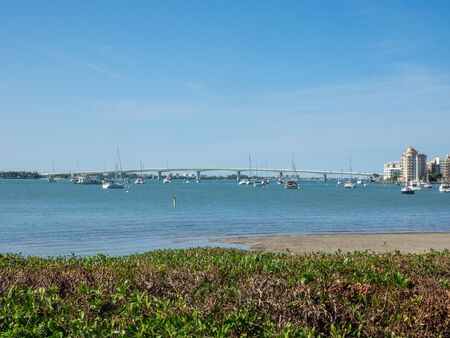 Sarasota Bay is a lagoon located off the central west coast of Florida in the United States. Though no significant single stream of freshwater enters the bay, with a drainage basin limited to 150 square miles in Manatee and Sarasota Counties. 免版税图像