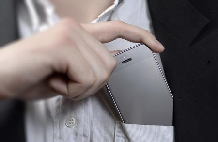 Mobiele telefoon in je zakje jonge man