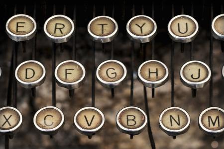 illiteracy: viejo teclado de m�quina de escribir predecesor de la m�quina de escribir y el teclado de la PC el�ctrica Foto de archivo