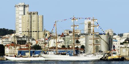 caravelle: Tall Ships races 8 août 2012 à Coruna, Espagne; Cuauhtemoc navire de formation de voile, le Mexique et le château de San Anton Éditoriale