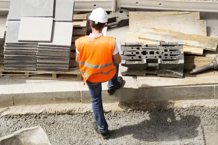 ingenieria industrial: capataz ingeniero y trabajador de la construcción albañil en la calle de la ciudad Foto de archivo