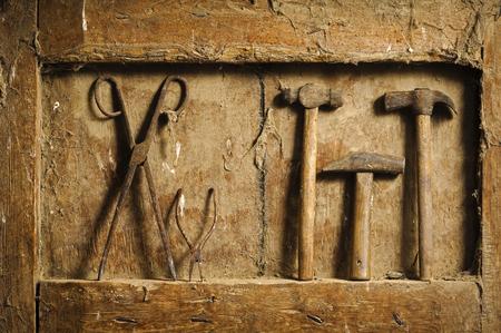 mano anziano: vecchi utensili a mano su un antico sfondo del pannello di legno Still life