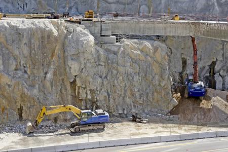 presslufthammer: gro�e Bohrhammer auf der Autobahn Steigung in der Baustelle und Bagger zerst�ren nimmt gro�e Steine