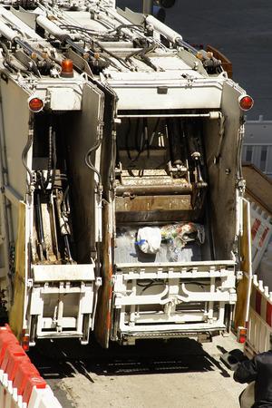 recolector de basura: recolector de basura cami�n veh�culo de la empresa de servicios p�blicos de los servicios municipales en la calle de la ciudad