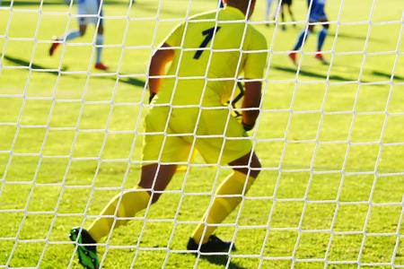 arquero de futbol: Portero de fútbol con portero fuera de foco Foto de archivo