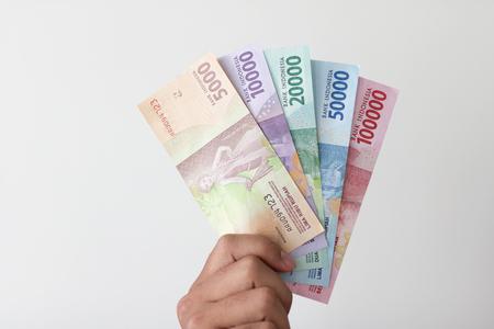 男の手をお金インドネシアルピア 写真素材 - 74451745