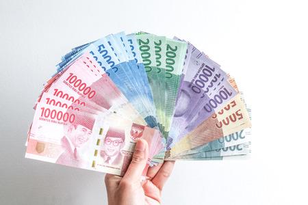 ルピア インドネシアのお金を持っている手