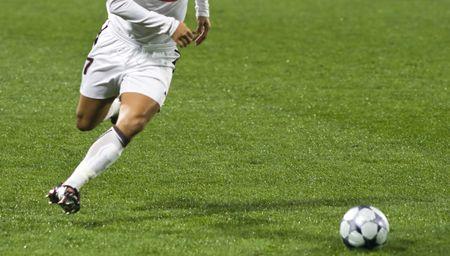 joueurs de foot: Joueurs de football � courir apr�s la balle