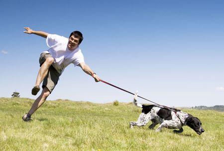 perro corriendo: Hombre jugando con su perro