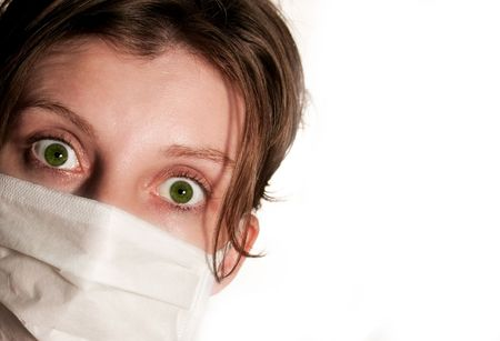 flu virus: Mujer con grandes ojos verdes, llevando la m�scara m�dica, protecci�n contra virus de la gripe Foto de archivo