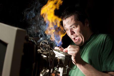 descarga electrica: Electricista en fuego Foto de archivo