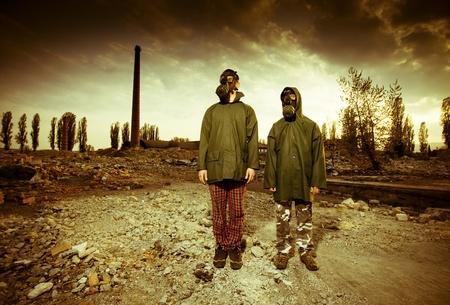 Deux homme portant des masques de gaz après une catastrophe nucléaire