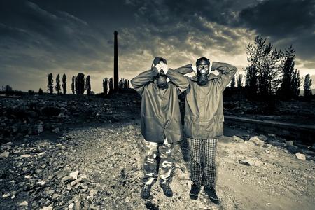 bombe atomique: Deux homme portant des masques de gaz apr�s une catastrophe nucl�aire