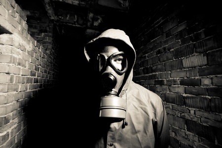 bombe atomique: Bizarre portrait de l'homme en masque � gaz sur fond de fum�e industrielle avec des tuyaux apr�s la catastrophe nucl�aire Banque d'images