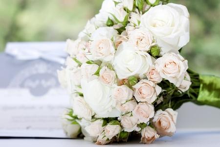 분홍색과 흰색 장미의 웨딩 부케