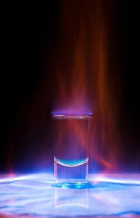 ajenjo: Grabación de bebida en vaso sobre una mesa