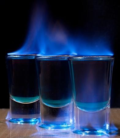 ajenjo: Grabaci�n de bebida en vaso sobre una mesa