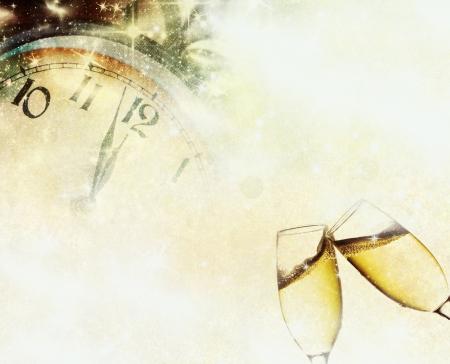nouvel an: Fond de cru avec des verres de champagne et horloge