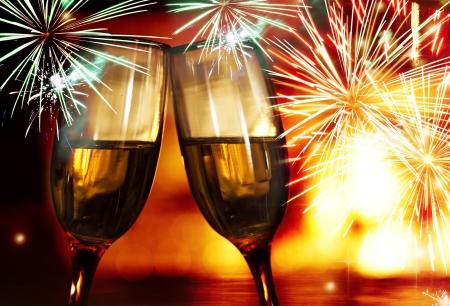 Verres avec champagne contre des feux d'artifice Banque d'images