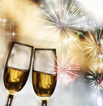 Gläser mit Champagner gegen Feuerwerk Standard-Bild - 16968203