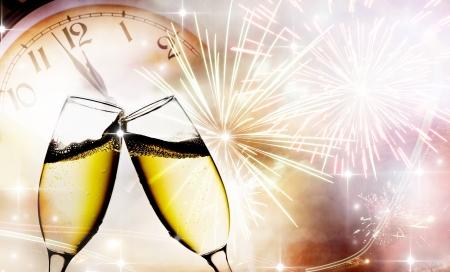 sylwester: Okulary z szampana przed fajerwerkami i zegarem blisko północy