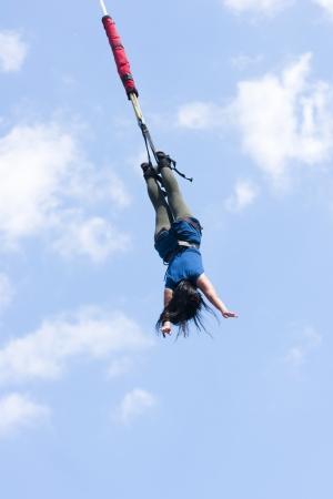 saltar la cuerda: Puenting - deportes extremos en el cielo azul Foto de archivo