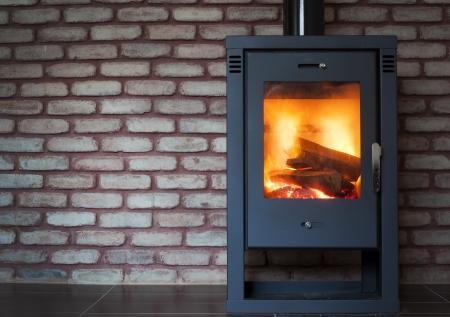 Kamin mit brennenden Feuer Standard-Bild - 23148256