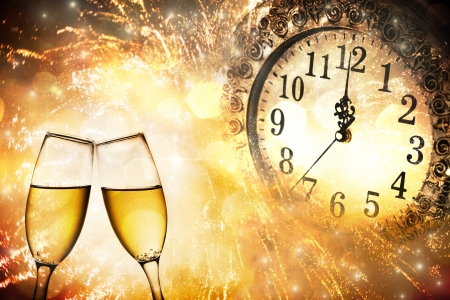シャンパン グラスと明るい背景上のクロック真夜中新年 s