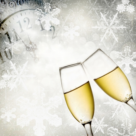 Champagner-Gläser, Uhr und Feuerwerk um Mitternacht Standard-Bild - 24355886
