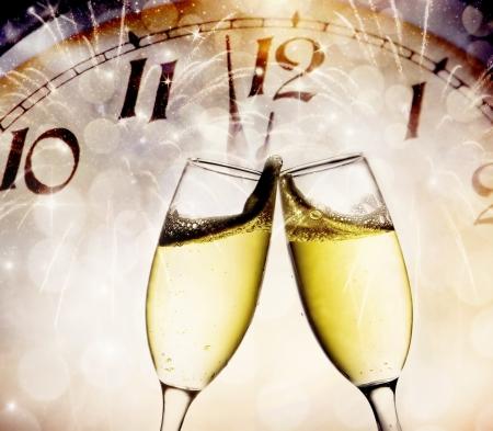 Gläser mit Champagner gegen Feuerwerk und Urlaub Lichter Standard-Bild - 24356054