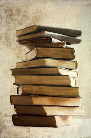 Haufen von alten Büchern Standard-Bild - 32076087