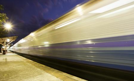 light trail: Tren en el movimiento - rastro de luz en la noche