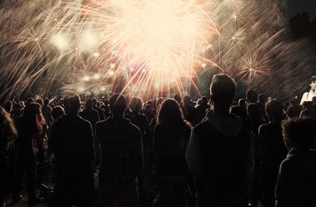 fireworks: Nuevo concepto de A�o - animando multitud y fuegos artificiales