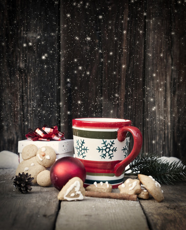 Mulled wine and Christmas decorations on vintage wooden table Archivio Fotografico
