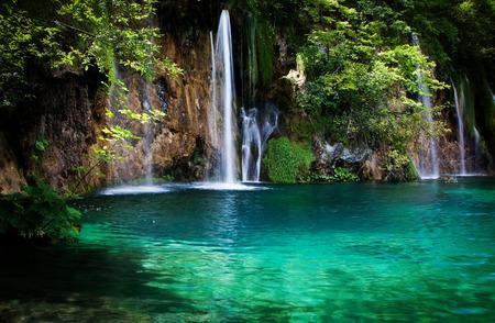 Zomer weergave van mooie watervallen in Plitvice Lakes National Park, Kroatië Stockfoto