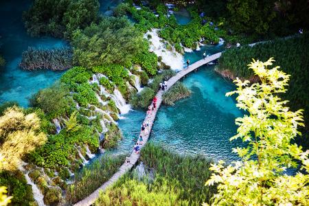 Sommer-Ansicht der wunderschönen Wasserfällen im Nationalpark Plitvicer Seen, Kroatien Standard-Bild - 37020745