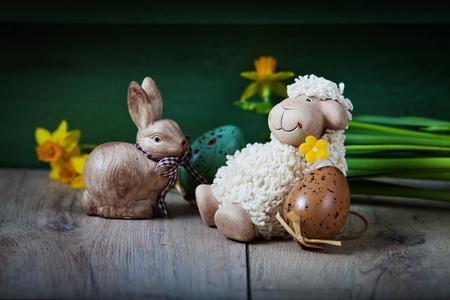 pasen schaap: Pasen decoratie met schattige lam en eieren Stockfoto