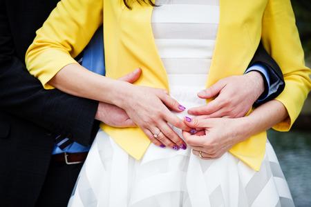 anillos de matrimonio: Wed nuevamente los pares abrazo - se centran en las manos con anillos de boda Foto de archivo