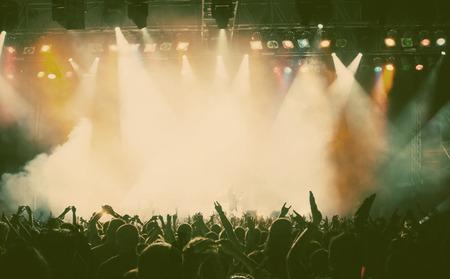 concierto de rock: Multitud en el concierto - foto de estilo retro