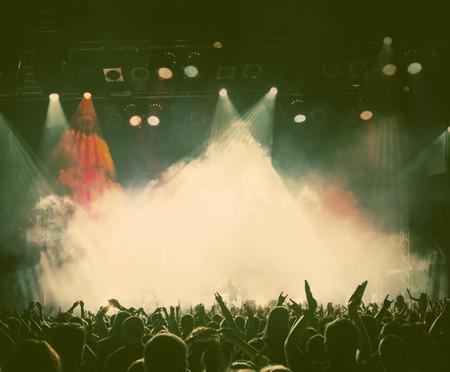 concerto rock: Multitud en el concierto - foto de estilo retro