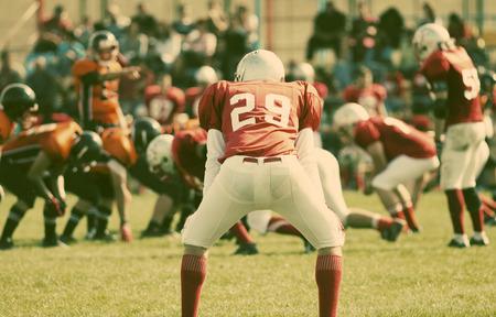 american football spel met de focus van de spelers op de achtergrond