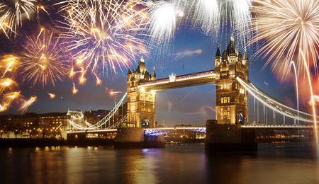 fuegos artificiales: Puente de la torre con el fuego artificial, celebración del Año Nuevo en Londres, Reino Unido Foto de archivo