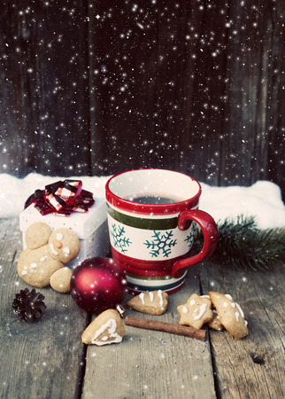 vin chaud: Mulled wine, gingerbread and Christmas decorations on vintage wooden table Banque d'images